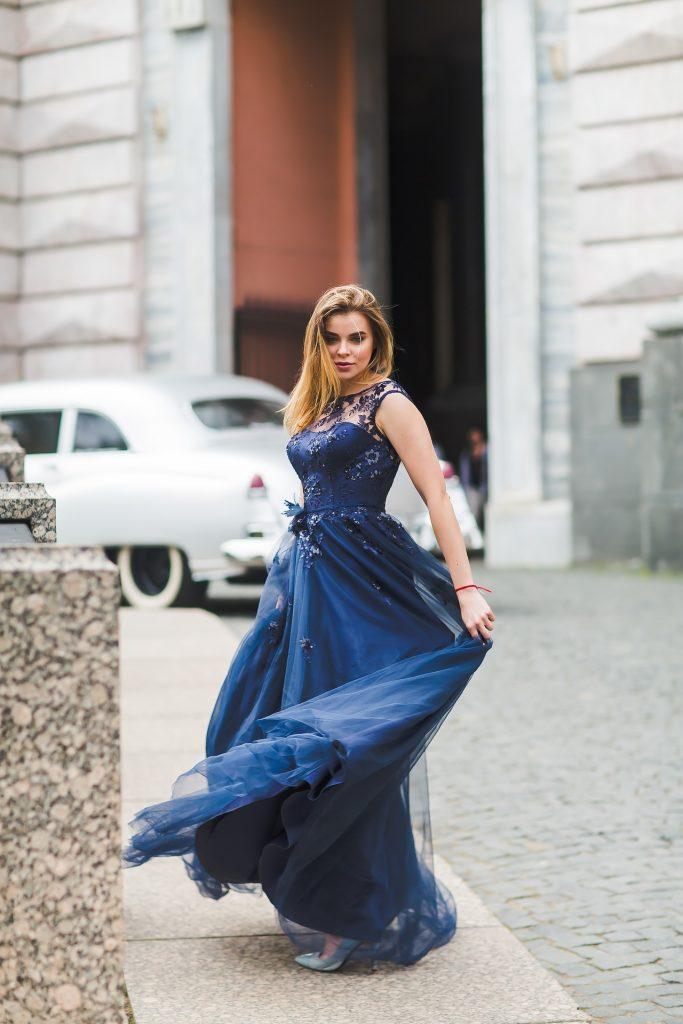 Cómo elegir el tipo de escote para vestidos de boda para invitadas -escote fantasía