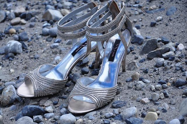 zapatos tacón aguja plateados
